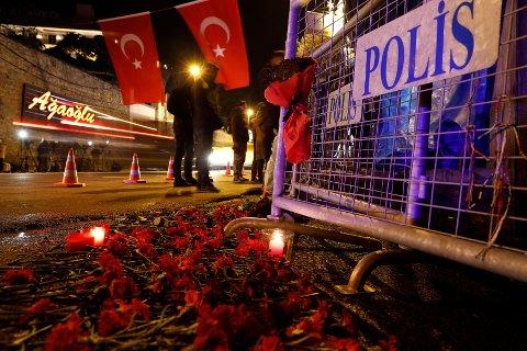 Blomster på bakken foran nattklubben der 39 gjester ble drept natt til første nyttårsdag.