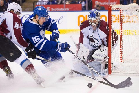 TIDLIG FERDIG: Førstekeeper Semjon Varlamov hos Colorado Avalanche spiller ikke mer denne sesongen. Det er en ny strek i regninga for klubben til Andreas Martinsen. Her er Varlamov i aksjon under en kamp mot Toronto Maple Leafs før jul.