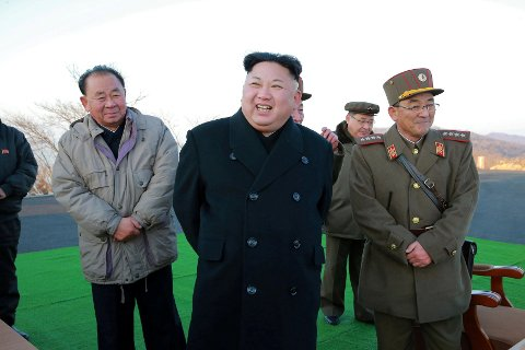 IRRASJONELL: Nord-Koreas leder Kim Jung-Un inspiserer en oppskytingsrampe i landet i et bilde som er lagt ut av nordkoreanske myndigheter i februar.