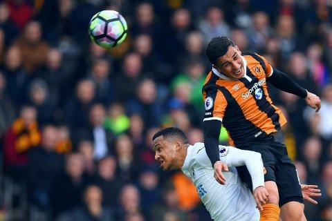 HARDT ARBEID: Omar Elabdellaoui (øverst) og Hull kjempet som tigre den viktige kampen mot Swansea. Her i duell med svenske Martin Olsson.