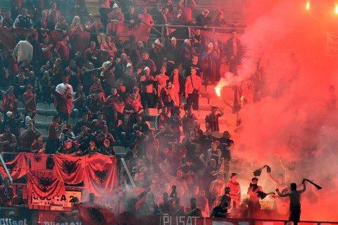 BRÅK: Albanias supportere kastet bluss og røykbomber inn på banen, og fikk kampen avbrutt da laget gjestet Italia fredag kveld.