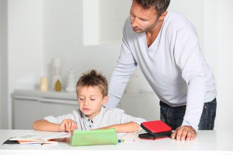 LEKSER: Foreldre opplever ofte at det er vanskelig å hjelpe med lekser, og at de tar stadig mer tid av de minstes tid.
