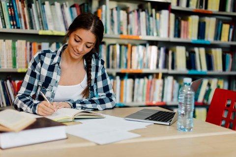 For mange nærmer det seg eksamenstid, og det betyr mange timer på lesesalen. Hva bør du spise for å holde konsentrasjonen?