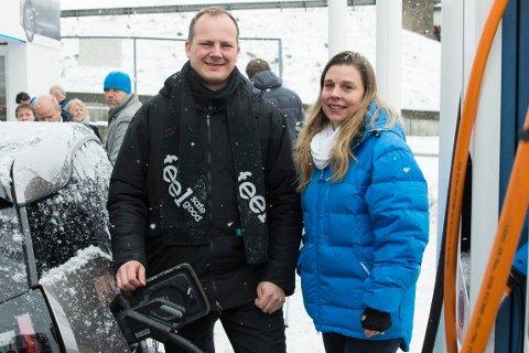 SELGER: Hedda Heyerdahl sammen med samferdselsminister Ketil Solvik-Olsen (Frp) under åpningen av en testarena for ladestasjoner for el-biler på Skøyen i 2014.