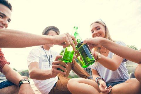 Mai og sommer er høytid for fest og alkohol, men undersøkelser viser at ungdom ikke er så «ille» med alkoholinntaket som mange tror.