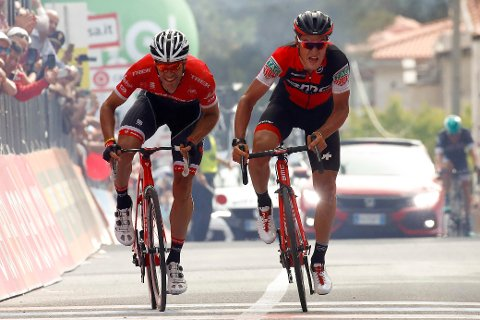 BRUDDSEIER: Swiss BMC-rytteren Silvan Dillier (til høyre)spurtslår belgieren Jasper Stuyven på torsdagens Giro-etappe.