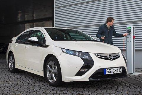 ZERO vil at de mest miljøvennlige hybridbilene skal premieres. Her lades en Opel Ampera.