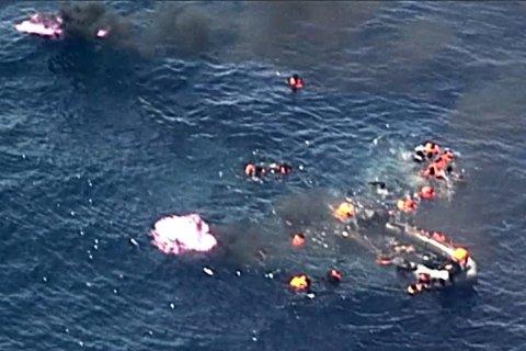 TOK FYR: 34 båtflyktninger ble reddet i Middelhavet på søndag etter båten tok fyr.