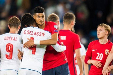 DEBUTANT: Debutanten Bjørn Maars Johnsen klemmer Tsjekkias målscorer Theodor Gebre Selassie etter VM-kvalifiseringskampen på Ullevaal Stadion på lørdag.