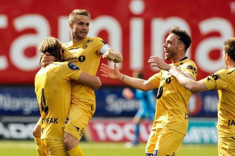 Bodø/Glimts Trond Olsen gratuleres av lagkameratene under kampen mellom Bodø/Glimt og Jerv på Aspmyra
