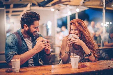 Det kan være hyggelig å gå ut og spise på restaurant på første date, men det er faktisk ikke aktiviteten som topper lista til single nordmenn.