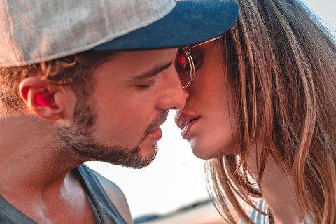 Tenkt over hvordan du kysser? Du lener nok hodet automatisk til høyre ...