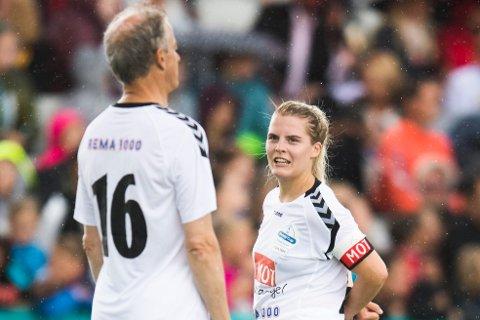 Skuespiller Ulrikke Falch snakker med partileder Jonas Gahr Støre under kjendiskampen i fotball under Norway Cup 2017 på Ekebergsletta i Oslo onsdag.
