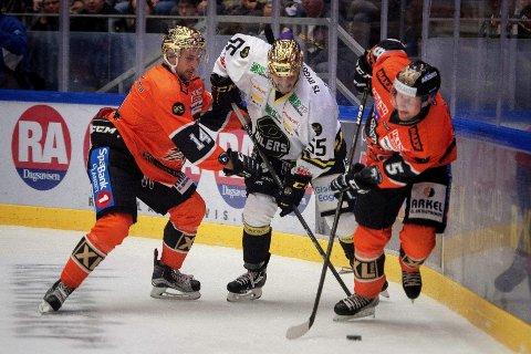 STOPPET: Stavanger Oilers og Josh Soares (midten) greide ikke å få med seg poeng fra duellen med Frisk Askers Alex Wall og Oskar Nilsson.