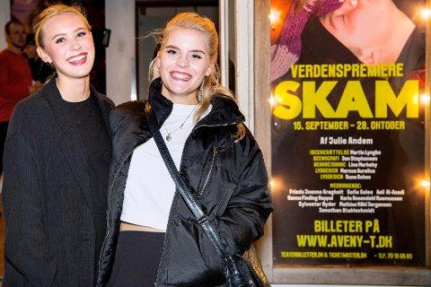 De norske SKAM-skuespillerne Ulrikke Falch (t.h.) og Josefine Frida Pettersen var tilstede ved premieren på teaterversjonen av SKAM på Aveny-T i København fredag kveld. Foto: Bax Lindhardt / NTB scanpix