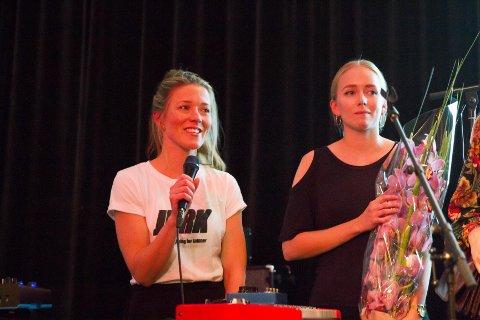Daglig leder i Juridisk rådgivning for kvinner (JURK), Sara Eline Grønvold (t.v.) og saksbehandler Emilie Hulthlin etter at JURK ble tildelt Jenteprisen 2017.