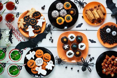 Halloween nærmer seg, og skal du arrangere fest, eller bare lurer på hva du skal være, har vi noen SKUMLE tips til deg her.