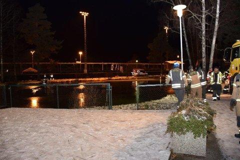 STOR LETEAKSJON: Dykkere gjennomsøker her parkdammen i Askim.