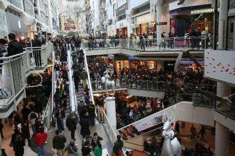 Black Friday er først og fremt lønnsomt for butikkene. Som forbruker risikerer du ofte å bli lurt, mener privatøkonom Endre Jo Reite i Sparebank 1 SMN. Bildet: Ivrige shoppere på et handlesenter i Toronto.
