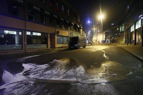 Bare skum i gata vitner om at en politibil brant i Oslo sentrum natt til tirsdag 05.12.17.
