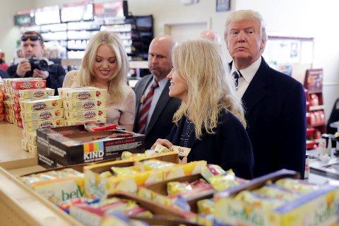 Daværende presidentkandidat Donald Trump og visepresidentkandidat Mike Pence avbildet idet de skal kjøpe snacks og mat på en bensinstasjon i Pennsylvania, hvor de skulle drive valgkamp. De to kvinnene på bildet er datteren Tiffany Trump og daværende valgkampsjef Kellyanne Conway.