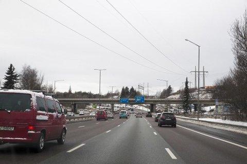 For E6 (OR12) fjernes dagens bomstasjoner i Ulvensplitten og Rv 190 Strømsveien. Disse erstattes av en ny bomstasjon på E6 øst for Smallvollveien som dekker begge kjøreretninger. Endret plassering har ingen trafikale konsekvenser. OR12.
