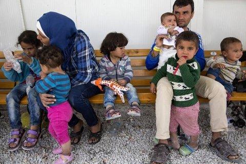 Illustrasjonsfoto: En familie fra Afghanistan venter i servicedelen av Moria-leiren på Lesvos.