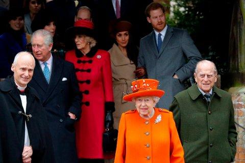 Fra venstre: prins Charles, prinsen av Wales, Camilla, hertuginne av Cornwall, Meghan Markle, dronning Elizabeth II, prins Harry, og prins Phillip etter den årlige gudstjenesten i Sandringham første juledag.