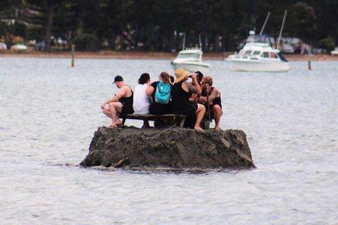 BYGDE ØY: På New Zealand var det en gjeng som bygde sin egen øy for å slippe unna alkoholforbudet på nyttårsaften.