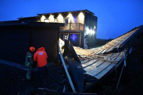 STERK VIND: Taket ble flerret rett av huset.
