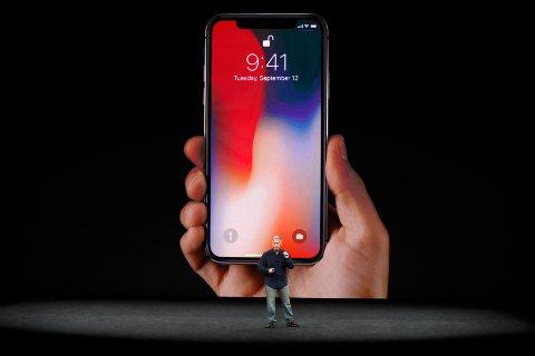 Apple henter hjem utenlandsformue og vil dermed frivillig betale 300 milliarder kroner i skatt. Illustrasjonsfoto; Apple-direktør Phil Schiller intorduserer selskapets nye flaggskiptelefon iPhone X i september 2017.
