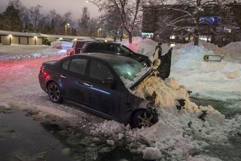 Politiet jakter på en gjerningsmann etter at to biler ble stukket i brann på Haugerud i Oslo natt til fredag. Det brant i motorrommet på denne BMW-en.