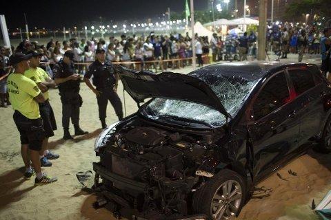 Politifolk står ved siden av bilen som kjørte inn i en folkemengde på Copacabana.