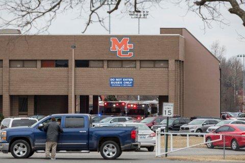 Nødetatene på plass ved Marshall County High School etter skytingen tirsdag morgen lokal tid.