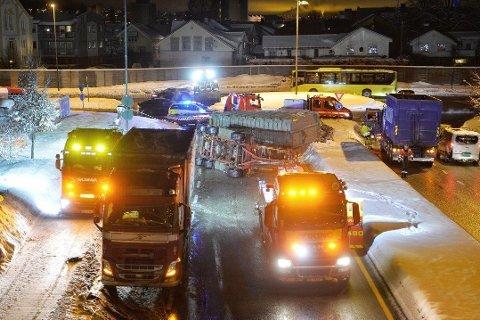 VELTET VOGNTOG: En tilhenger på et vogntog veltet på Bangeløkka i Drammen tirsdag morgen.