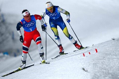 MEKTIG PRESTASJON: Marit Bjørgen hylles for måten hun avgjorde OL-stafetten på - også fra svensk hold. Her avbildet med Stina Nilsson på slep under ankeretappen lørdag.