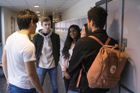 Nakenbilder på mobil, uønsket seksuell oppmerksomhet, «slut-shaming» og «pussy grabbing» blir stadig vanligere blant ungdom, ifølge en rapport fra Barneombudet. Illustrasjonsbilde: Elever på videregående skole har pause.