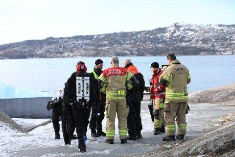 LETEAKSJON: Dykkere fra brannvesenet på Helleneset i 12-tiden.