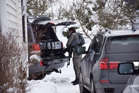 AKSJON: Tungt utstyrt politi var på stedet. De hadde med seg blant annet skjold og automatiske våpen.