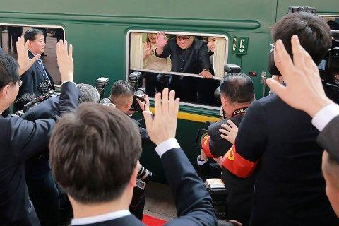 Kim Jong-un avbildet ide han forlater togstasjonen i Beijing i sitt luksustog tirsdag.