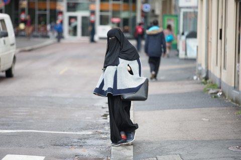 - Frp som skryter av at de vil ha totalforbud mot ansiktsdekkende plagg på offentlig sted i hvert fall burde stemme for det i skolegårder og tilsvarende.