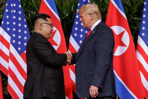 TOPPMØTE: Kim Jong-un og Donald Trump utveksler håndtrykk under toppmøtet i Singapore.