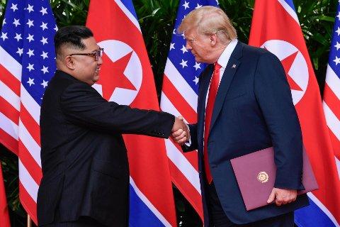 North Koreas leder Kim Jong-un avbildet sammen med USAs president Donald Trump i Singapore.