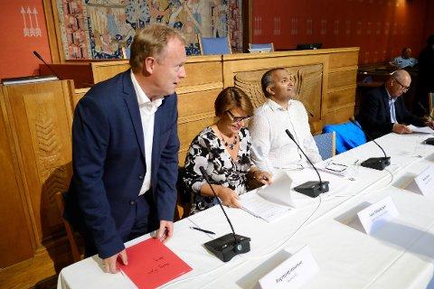 Byrådsleder Raymond Johansen (Ap) tar plass i panelet under høringen om ungdomskriminalitet i Oslo mandag.