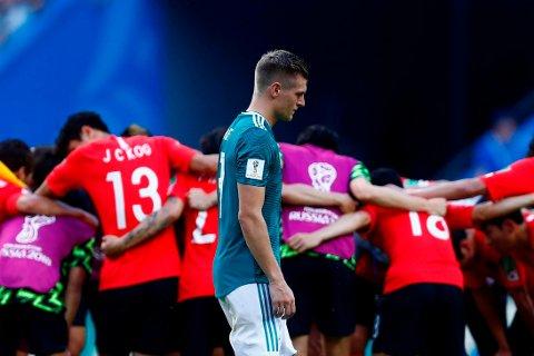 UTE: Toni Kroos ser ut til ikke å forstå hva som traff det tyske laget i møtet med Sør-Korea, som asiatene vant 2-0. Resultatet sender Tyskland ut av VM.