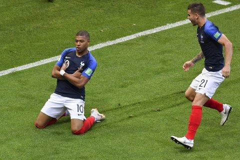 TIL KVARTFINALE: Kylian Mbappé (til venstre) jubler for sin første av to scoringer for dagen, da Frankrike slo Argentina 4-3 i VM.