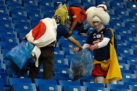 RYDDET OPP: Japan røk ut av VM i åttedelsfinalen mot Belgia, men fansen tok seg likevel tid til å rydde opp etter seg etter kampen.