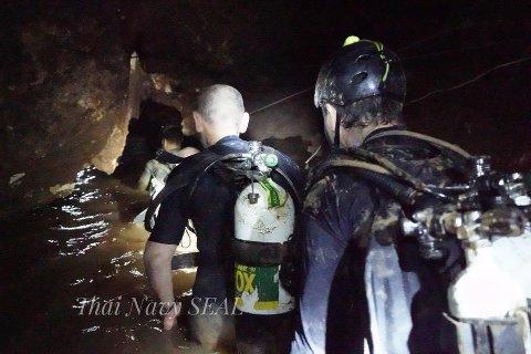 KREVENDE OG FARLIG: Det thailandske marinejegerkorpset som leder redningsarbeidet i grotten, mistet natt til fredag en av de frivillige - en tidligere marinejeger, men fortsetter innsatsen med full styrke.