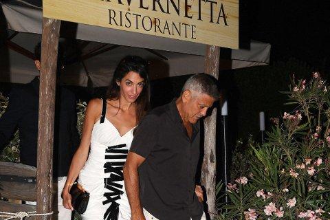 George Clooney befinner seg for tiden på den italienske øya Sardinia, sammen med kona Amal og tvillingene deres. Clooney var på vei til en filminnspilling da ulykken skjedde, skriver avisen La Nuova Sardegna.