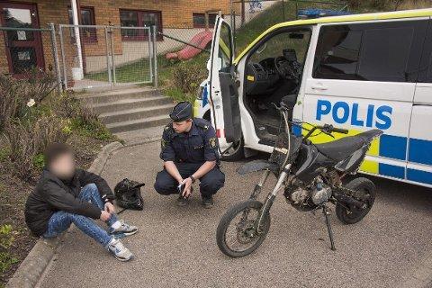 KJEFTER PÅ FORELDRE: Forebyggende politi i de svenske kommunene Kungälv og Ale kjefter på foreldre etter mye kjøring med ulovlige kjøretøy i kommunen. Bildet er publisert av svensk politi i forbindelse med FB-innlegget.
